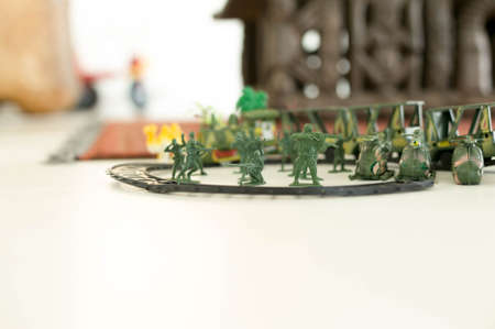 spiel: Image group of green miniatur toy soldiers with guns and  helicopter