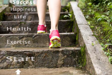 Concept Health Care Weiblich Joggen die Treppe im Park draußen Standard-Bild - 65475431