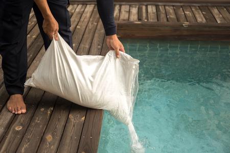 朝のプール水を入れて塩入ったを男します。