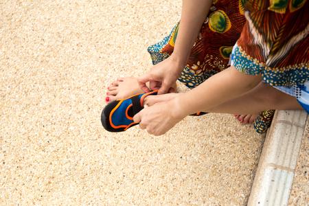 Se À Aqua Préparer Coloré Chaussures Mettant Mère Des Son Fils Pour v8Rwqx
