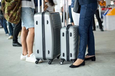 Asiatische Paare , die mit Gepäck gehen , parken am Flughafen Standard-Bild - 91206151