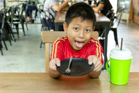 Junge leere schmutzige Schüssel nach Waffel mit Schokoladensauce auf dem Tisch.