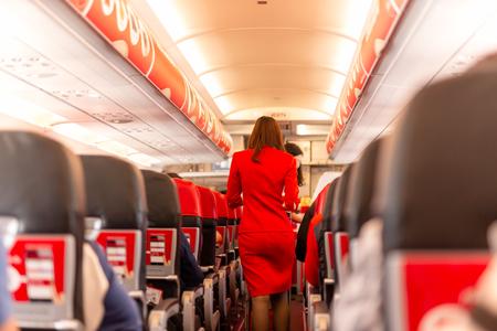 L'assistente di volo serve cibo e bevande ai passeggeri a bordo.