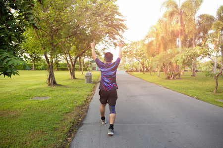 Gagnant de l'homme non identifié célébrant le succès sportif en levant les mains.