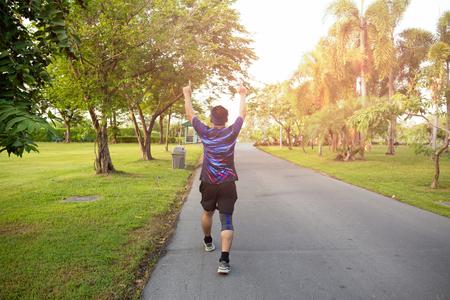 Vincitore dell'uomo non identificato che celebra il successo sportivo alzando le mani.