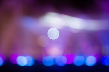 Espectáculo de fuente con iluminación de luz de color multicolor bokeh abstracto.