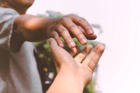 Help Concept handen reiken om elkaar te helpen.