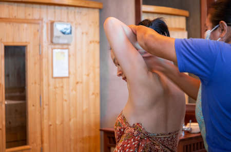 Woman having Thai massage at spa on vacation. Standard-Bild