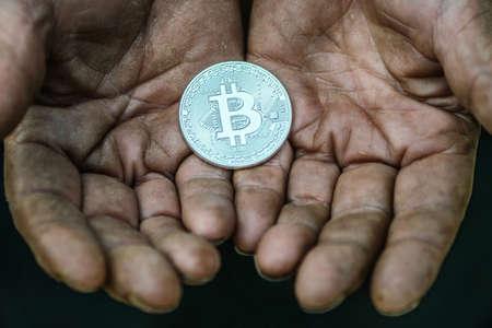 bitcoin in the hands of overworked. Imagens