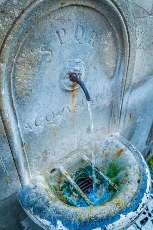 Fuente de SPQR Antic en Roma con agua que fluye