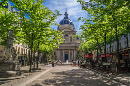 Sorbonne university main building and square in Paris in spring 報道画像