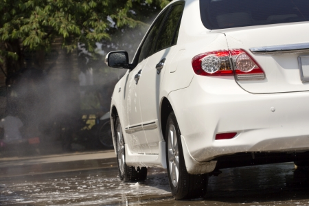 Autowäsche mit fließendem Wasser und Schaum Standard-Bild - 23378486