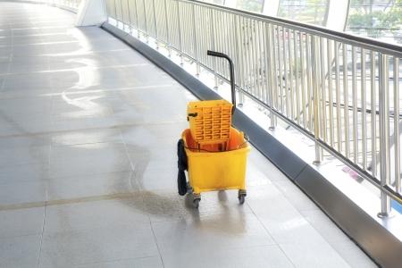 Mop bucket on floor in office building. Standard-Bild