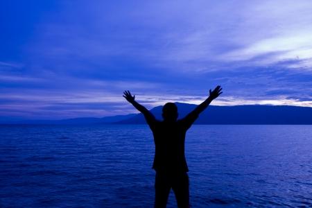 Mann vor der See. Standard-Bild - 24649825