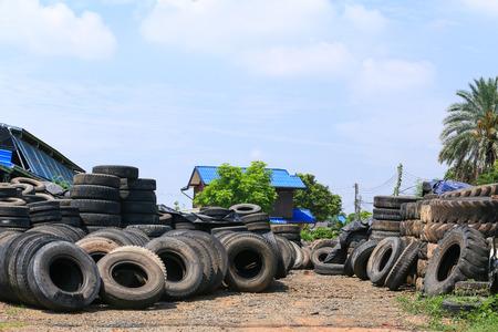 stockpiling: Una gran cantidad de neum�ticos de ruedas objeto de dumping. Foto de archivo