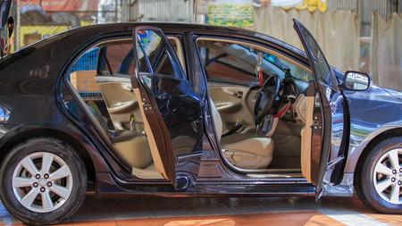 asiento: coche con la puerta abierta, limpieza outdoors.for Foto de archivo