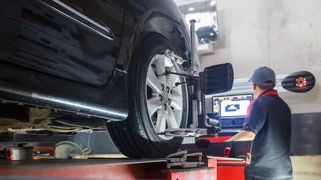 서비스 스테이션의 워크숍에서 바퀴 정렬 캠버 점검 바퀴에 센서를 스탠드에 차입니다. 스톡 콘텐츠
