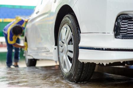 carwash: coches en un tren de lavado. Foto de archivo