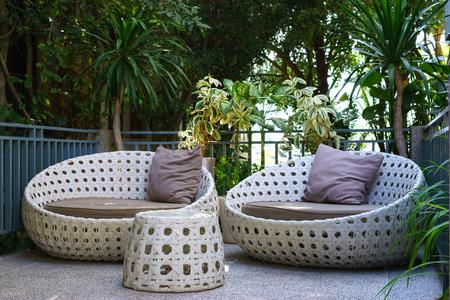 Moderne tuin bank of love seat in de eigen tuin Stockfoto - 54780641
