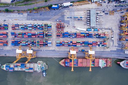Widok z lotu ptaka nad stocznią w Bangkoku nad rzeką Menam ze statkami towarowymi oczekującymi na załadunek i rozładunek kontenerów towarowych.