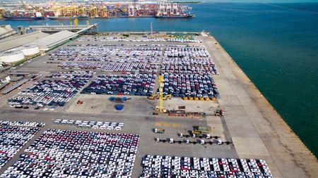 Luchtfoto van nieuwe parkeerplaats voor auto-opslag Stockfoto - 84049127