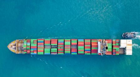 Luchtfoto, containerschip of vrachtschip in import export en bedrijfslogistiek.