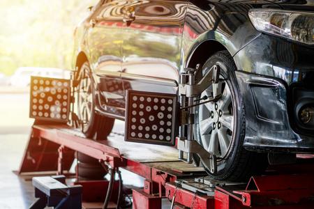 Obiettivo dell'attrezzatura di regolazione dell'angolazione della ruota dell'auto fissata su una ruota dell'auto Archivio Fotografico - 99159768