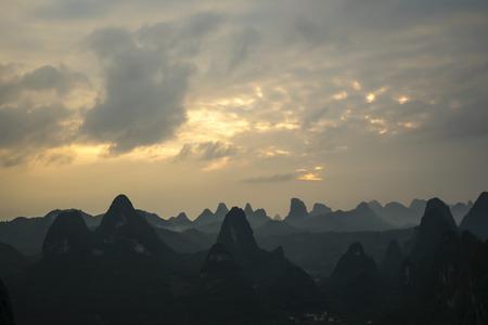 Sunset over the Karst Mountains, Guilin Sugarloaf, China Banco de Imagens