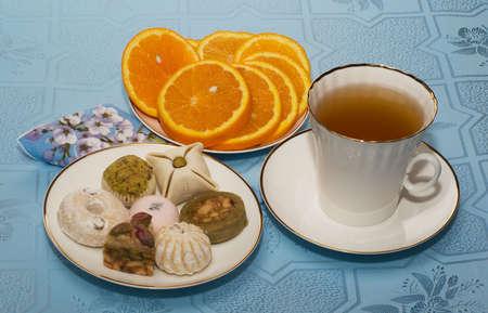 Tasse de th� et g�teaux sont sur la table.