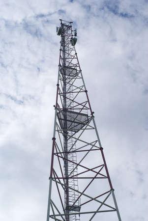 Tour de radiodiffusion est sur le fond du ciel.