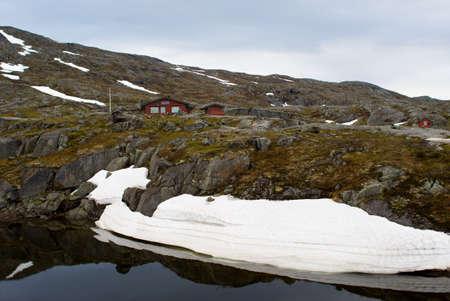Paysage de montagne avec un lac et de la neige