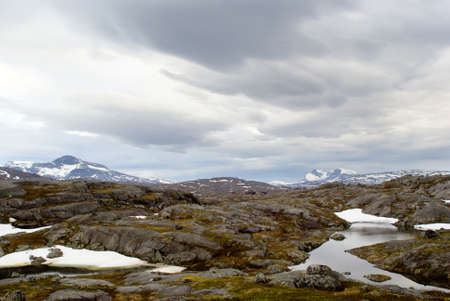 Paysage de la belle montagne avec le ciel nuageux