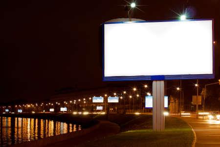 Le grand panneau blanc sur le quai de la nuit  Banque d'images