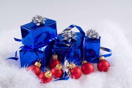 Bo�tes bleues et les boules de No�l rouge sont sur la fourrure blanche Banque d'images