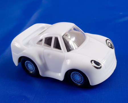 La voiture de jouet sur un fond bleu fonc�