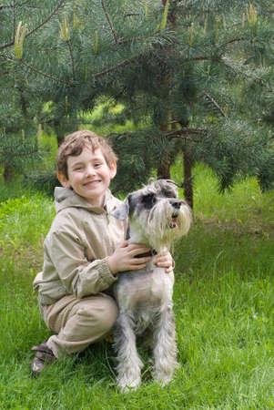 Petit gar�on avec son chien dans le parc Banque d'images