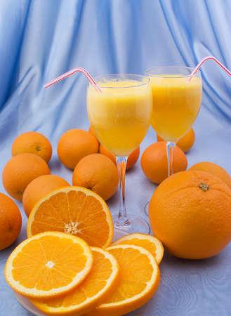 Deux verres en cristal de jus d'orange frais Banque d'images