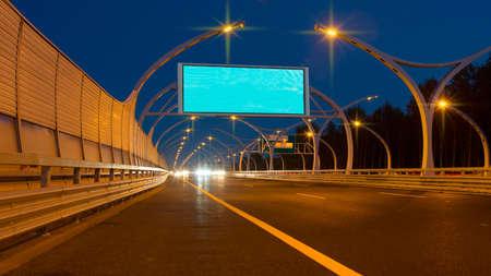 Grand panneau vide sur la route de nuit
