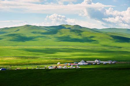 Yourtes de Mongolie dans les prairies d'été de Hulunbuir, Chine.
