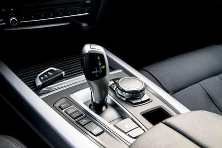 Palan à engrenage automatique d'une voiture moderne, détails intérieurs de voiture