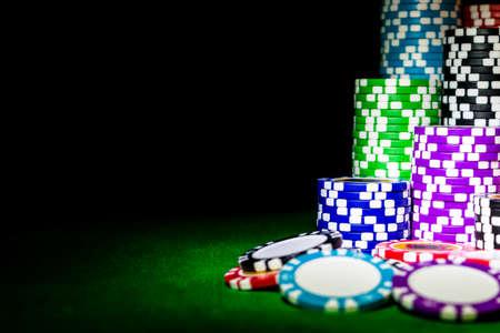 카지노에서 녹색 게임 포커 테이블에 포커 칩의 스택. 포커 게임 개념입니다. 주사위로 게임하기. 카지노 비즈니스 위험, 기회, 행운을 빌려 또는 도박