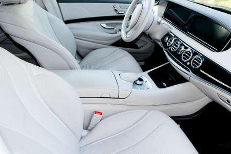 럭셔리 현대 자동차의 흰색 가죽 인테리어입니다. 가죽 편안한 흰색 시트 및 멀티미디어. 스티어링 휠 및 대시 보드. 자동 기어 스틱. 현대 자동차 내부