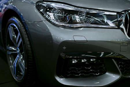 サンクト・ピーターズバーグ、ロシア 7月 21 2017: BMW 750 (G11G12) 7 シリーズのフロントビューヘッドライト.車の外観の詳細。7月21日のロイヤルモーターショーで撮影 写真素材 - 86343039