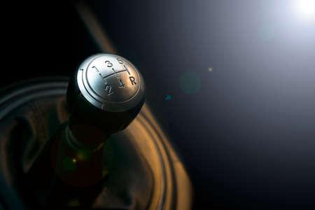 Sluit omhoog mening van een uitrustingshefboomverschuiving. Handgeschakelde versnellingsbak. Auto interieur details. Autotransmissie. Zachte verlichting. Abstracte weergave