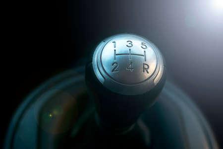 Close-up van een versnellingspook. Handmatige versnellingen. Auto interieur details. Auto transmissie. Zachte verlichting. Abstracte weergave. Stockfoto