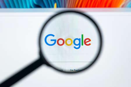 Sankt-Petersburg, Rusland, 20 november 2017: Google-startpagina op het beeldscherm onder een vergrootglas. Google is 's werelds populairste zoekmachine