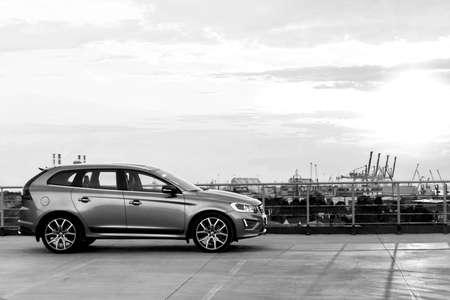 San Petersburgo, Rusia - 17 de junio de 2017: Un moderno y lujoso coche sueco Volvo XC60 R-Design Polestar Edition en el techo del edificio. En blanco y negro