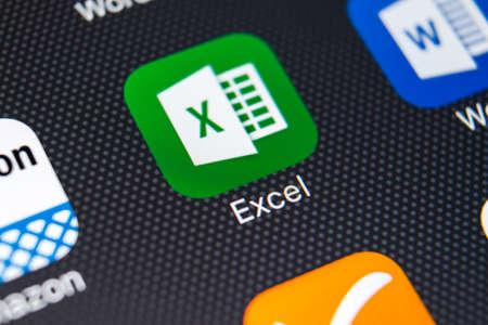Sankt-Petersburg, Rusia, 11 de febrero de 2018: icono de la aplicación Exel en primer plano de la pantalla del iPhone X de Apple. Icono de Exelapp. Microsoft Office en teléfono móvil. Medios de comunicación social