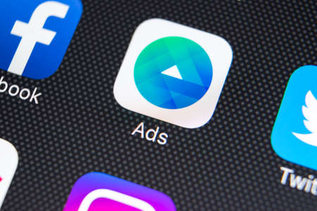 Sankt-Petersburg, Rusland, 9 februari 2018: Facebook Ads-toepassingspictogram op Apple iPhone X-schermclose-up. Facebook Business app-pictogram. Facebook Ads mobiele applicatie. Social media netwerk Redactioneel
