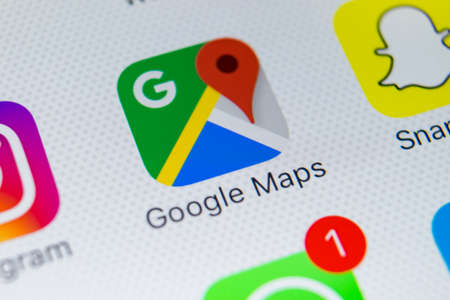 Sankt-Petersburg, Rusland, 28 februari 2018: Google Maps-toepassingspictogram op Apple iPhone X-schermclose-up. Google Maps-pictogram. Google maps applicatie. Social media netwerk